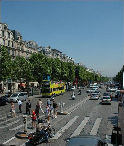 Her kjører vi på den mest berømte gaten i paris, chs-elysées